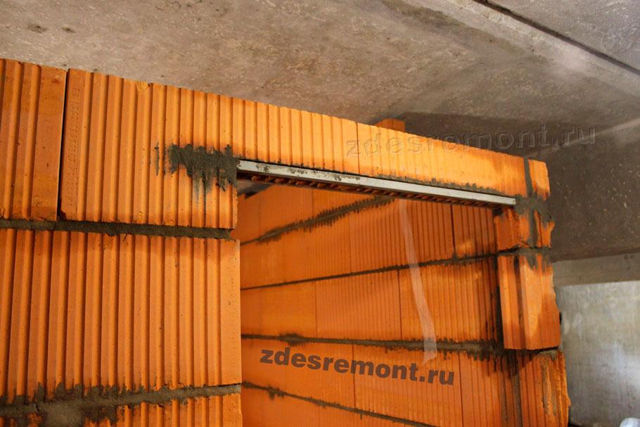 Дверной проём сверху в перегородке из керамических блоков