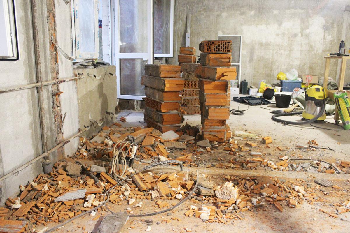 Демонтированная перегородка из керамических блоков