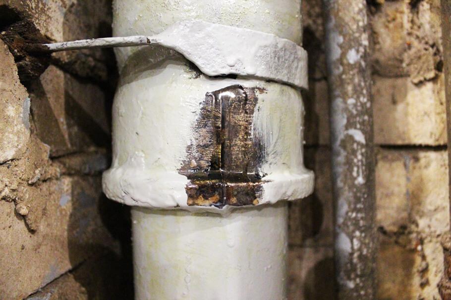 Ремонт трещины на трубе эпоксидной смолой