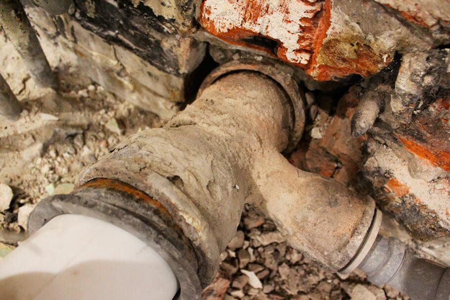 старый чугунный тройник канализации
