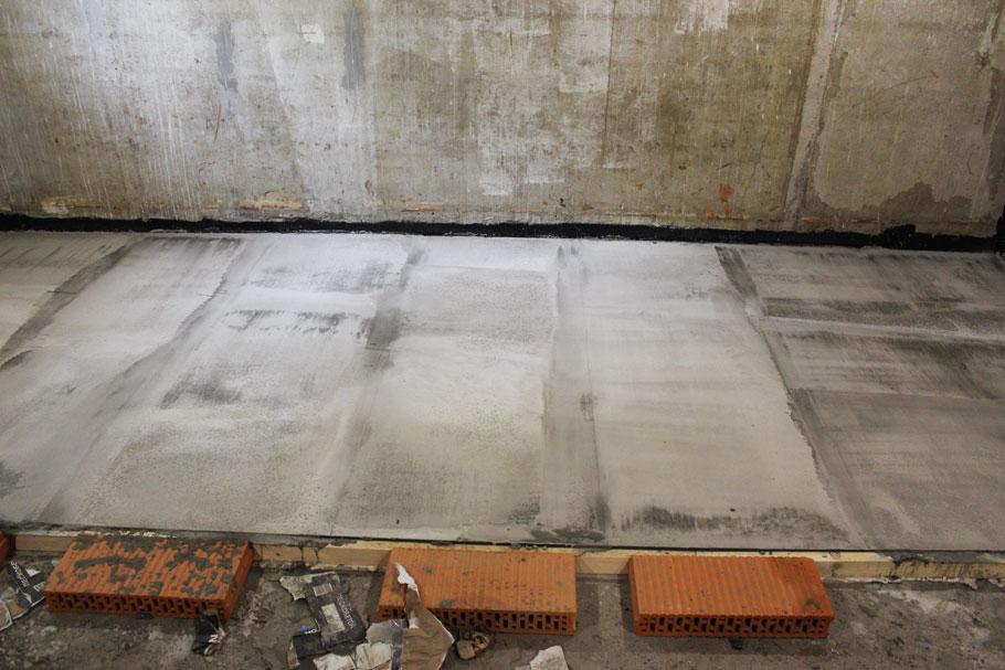Цементное молочко на поверхности стяжки