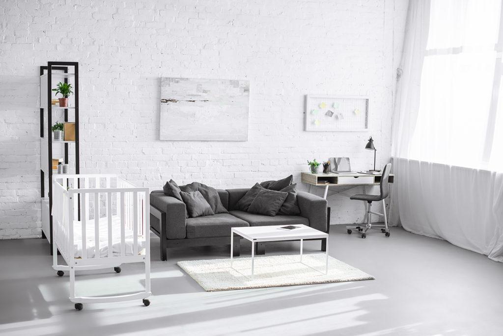 Современный светлый интерьер гостиной