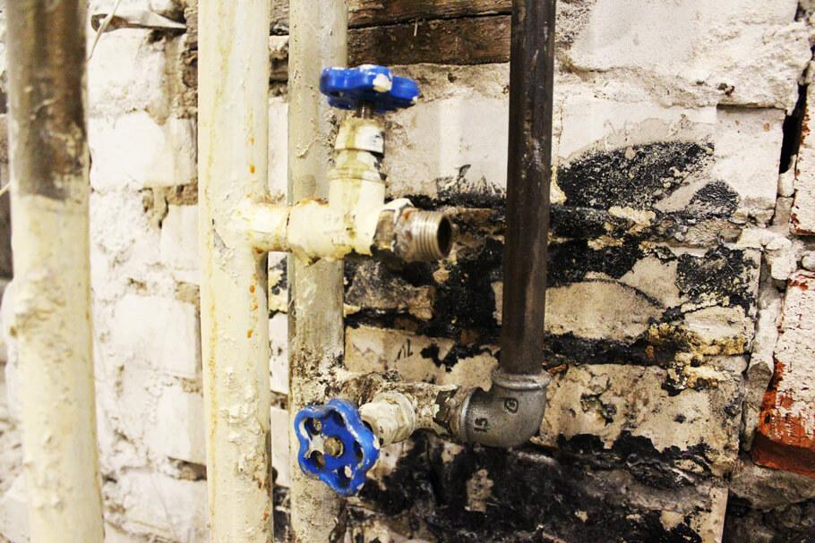 старые краны горячей и холодной воды в санузле