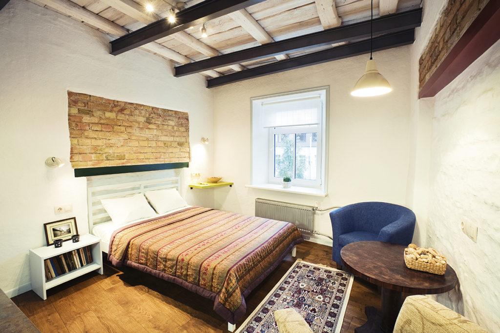 Интересный и современный интерьер спальни в доме