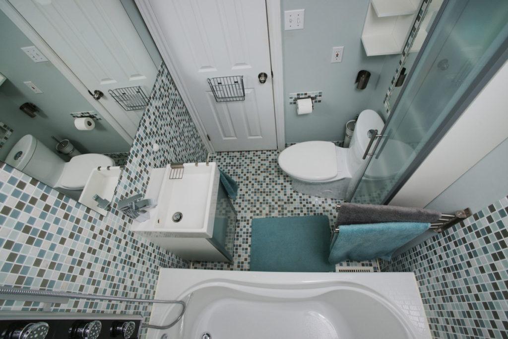 Маленькая ванная в современном стиле